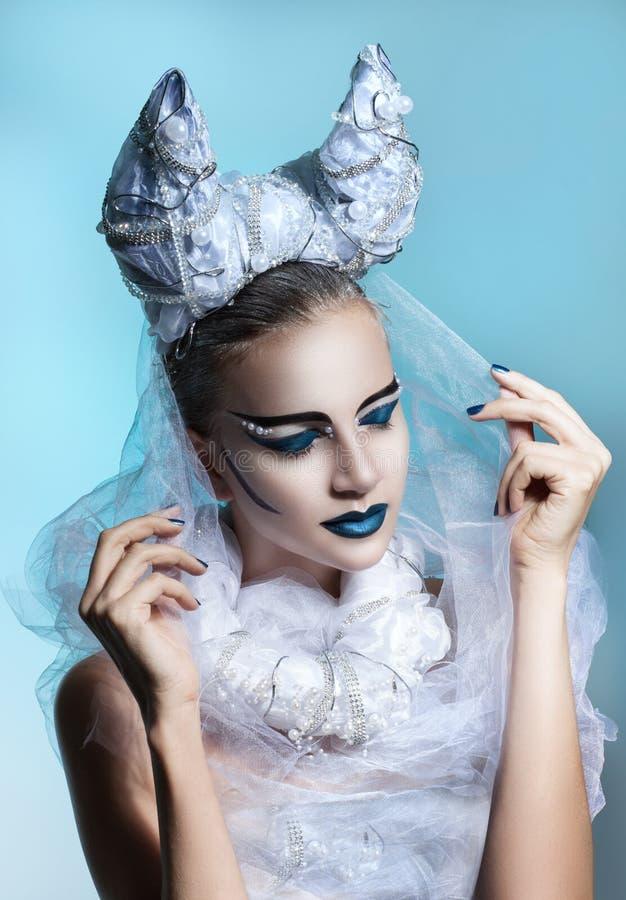 Övervintra ståenden av en kvinna med idérik makeup arkivbilder