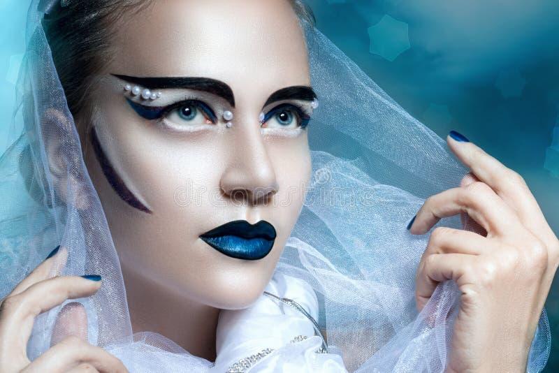 Övervintra ståenden av en kvinna med idérik makeup arkivfoto