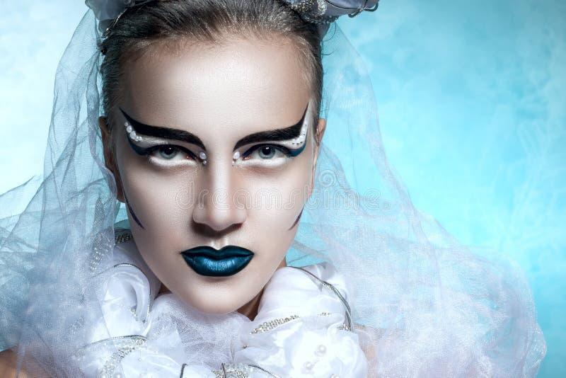 Övervintra ståenden av en kvinna med idérik makeup fotografering för bildbyråer