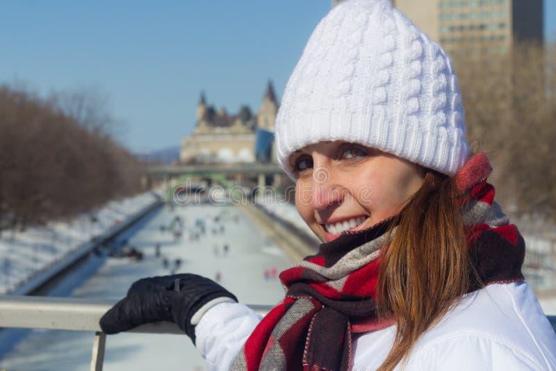 Övervintra ståenden av en kvinna på den Ottawa Rideau kanalen arkivfoton