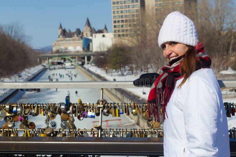 Övervintra ståenden av en kvinna på den Ottawa Rideau kanalen med förälskelse royaltyfria bilder
