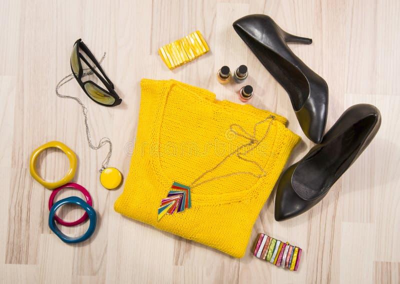 Övervintra tröjan och tillbehör som är ordnade på golvet fotografering för bildbyråer