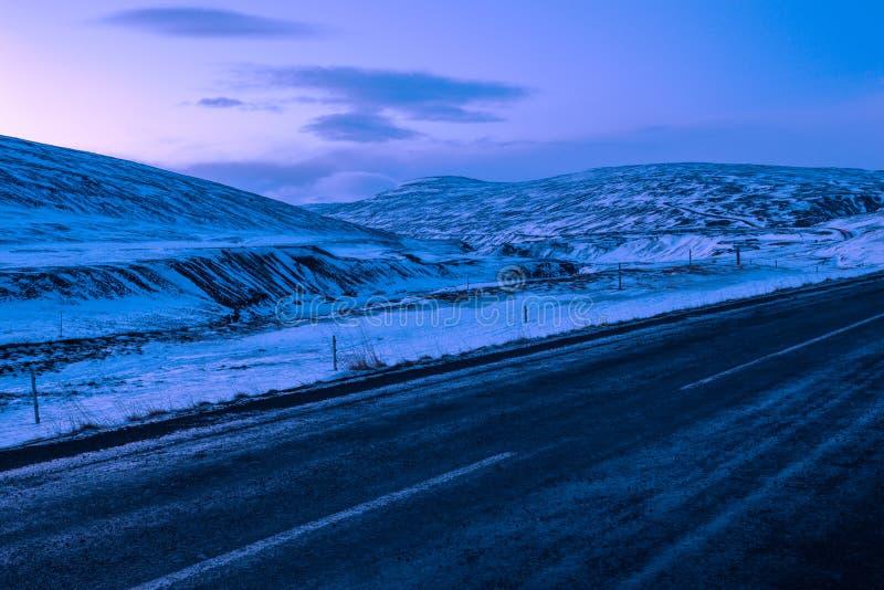 Övervintra typisk sikten på gryning från Ring Road Route 1 av nordost av Island, nära Egilsstadir royaltyfri fotografi