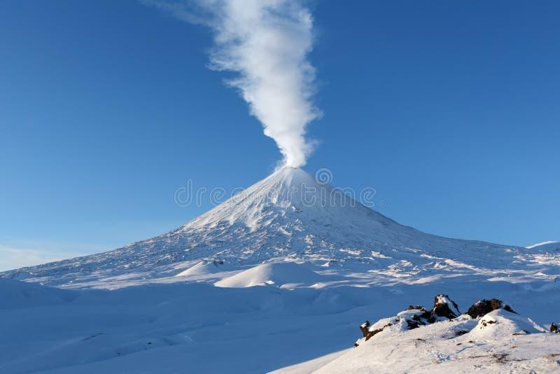 Övervintra utbrottet Klyuchevskaya Sopka - aktiv vulkan av Kamchatka arkivbilder