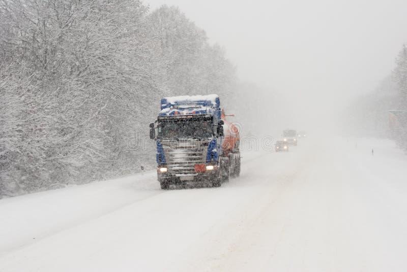 Övervintra vägar, is, drivor, tungt lasttrans. royaltyfri fotografi