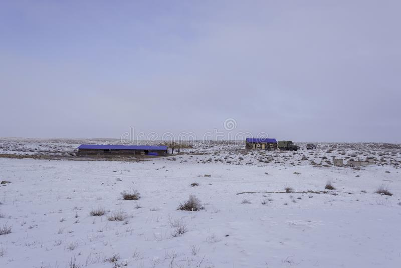 övervintra Vinter 'kishlak ', Övervintra för vinter Avlägset beta Sikt i vinter Vit bakgrund royaltyfri fotografi