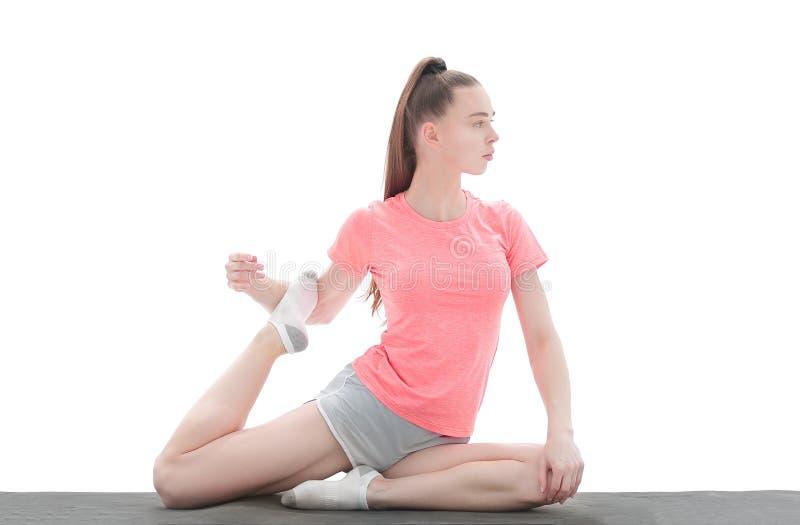 Övning av yoga ung kvinna i sportar som beklär utbildningsyogaposition arkivfoton