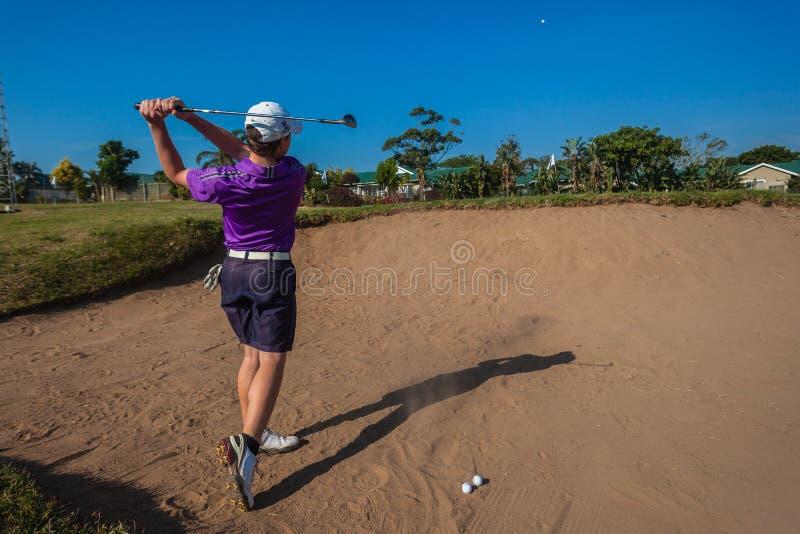 Övning för golf för tonåringbunkerskott  fotografering för bildbyråer