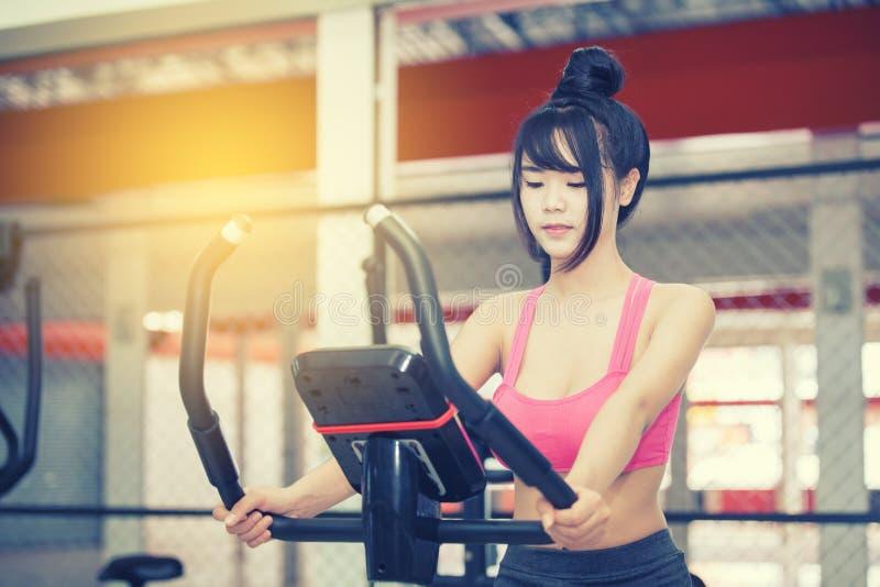 Övning för ung kvinna på idrottshallen arkivfoto