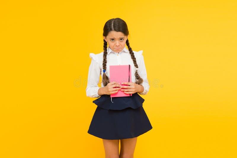 Övning och att förbättra läsningexpertis för skolastudier tillbaka begreppsskola till Flickah?llbok Skolaflicka på guling royaltyfri bild