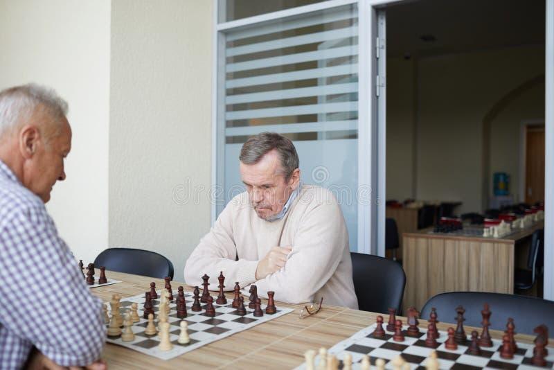 Övning på schackklubban royaltyfri foto