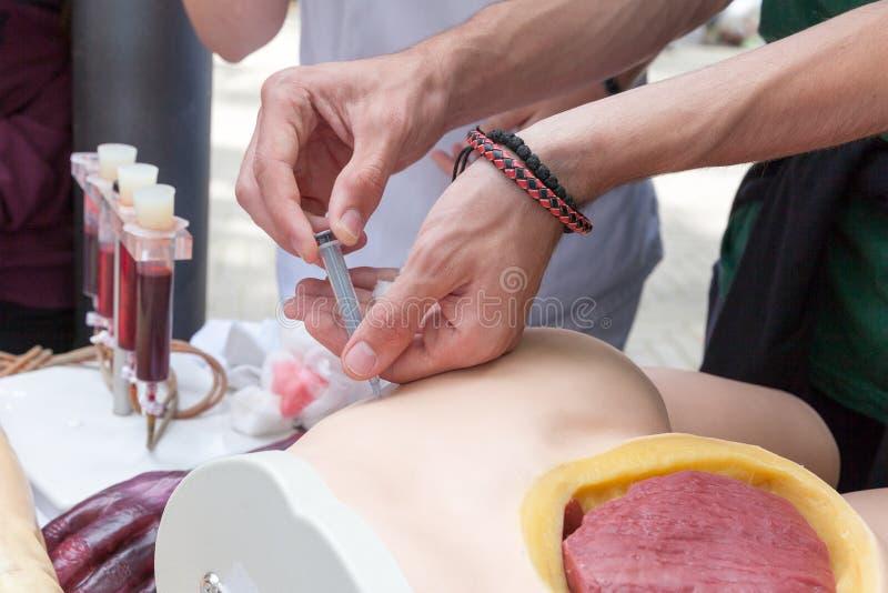 Övning som ger en intramuscular injektion royaltyfri bild