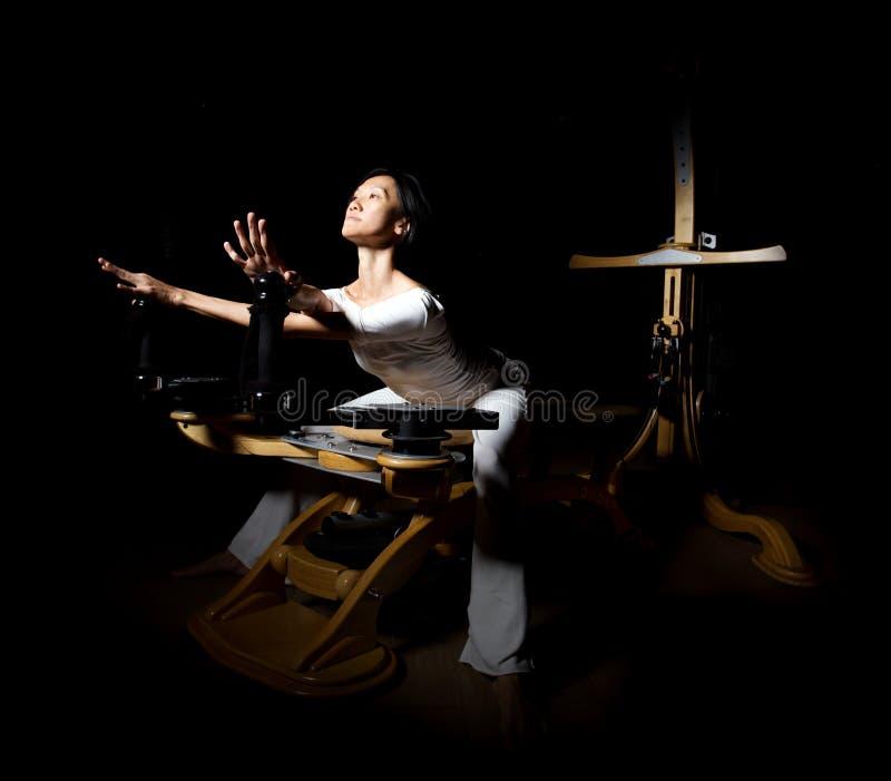 Övningar för Pilates världsförbättraregenomkörare arkivfoto