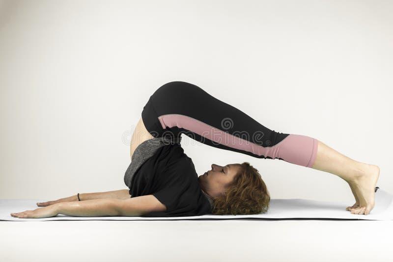 Övningar för ståendekvinnagenomkörare utbildning yoga andas royaltyfri bild