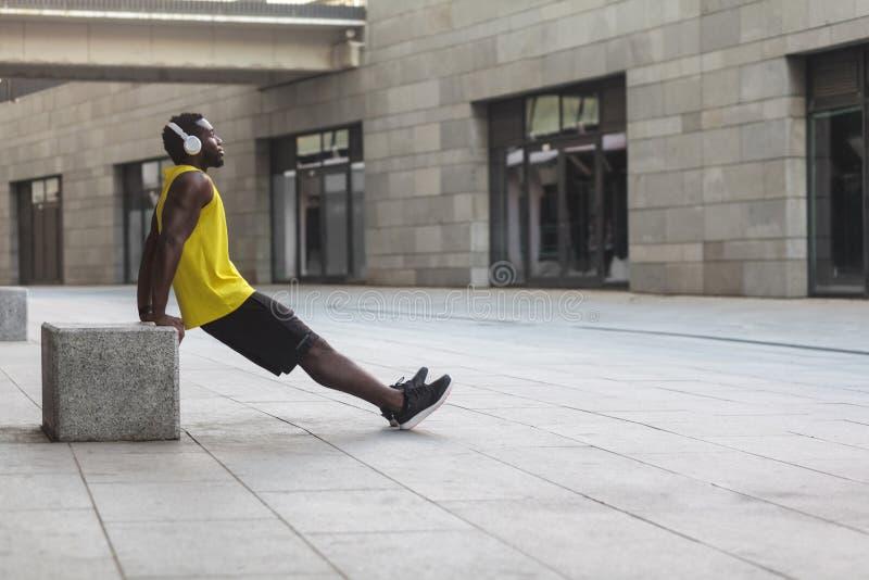 Övningar på styrkan av händer biceps och triceps arkivfoto