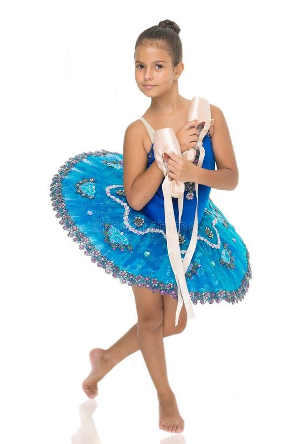 Övningar som framkallar expertis för pointeskodans För hållbalett för barn lycklig ballerina för viktigt attribut för skor utmärk arkivbilder