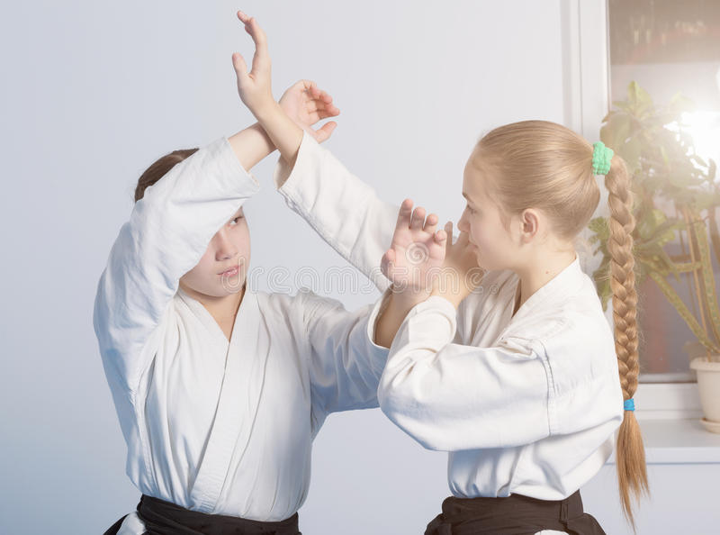 ÖvningsAikido för två flickor arkivfoton