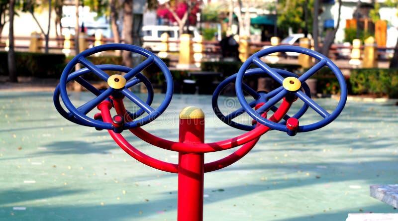 Övningsutrustning i parkera royaltyfri fotografi