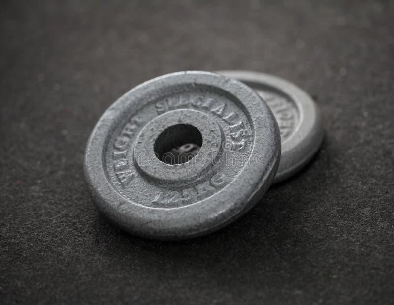 Övningsvikter - järnhantel arkivfoto