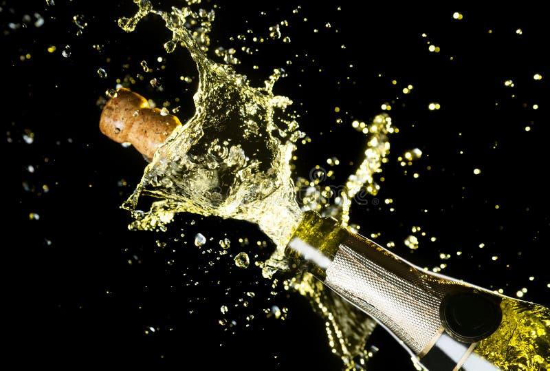 Övre bild för slut av champagnekorkflyget ut ur champagneflaskan Berömtema med explosion av den plaskande champagnebrusanden arkivfoto