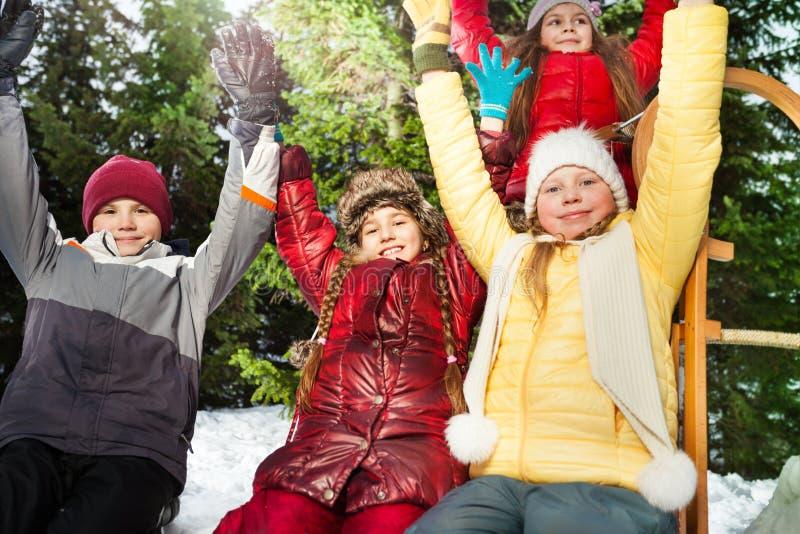 Övre bild för slut av ungar som vilar efter vinterlek royaltyfria bilder