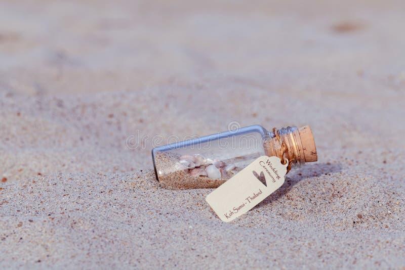 Övre flaska för slut av bröllopinbjudan med havsskalet och papper arkivfoton