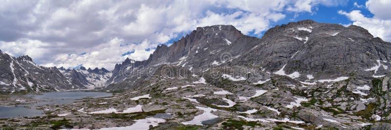 Övre och lägre Jean Lake i den Titcomb handfatet längs det Wind River området, Rocky Mountains, Wyoming, sikter från att fotvandr fotografering för bildbyråer