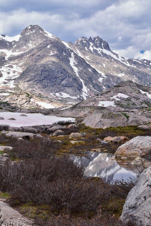 Övre och lägre Jean Lake i den Titcomb handfatet längs det Wind River området, Rocky Mountains, Wyoming, sikter från att fotvandr arkivfoto