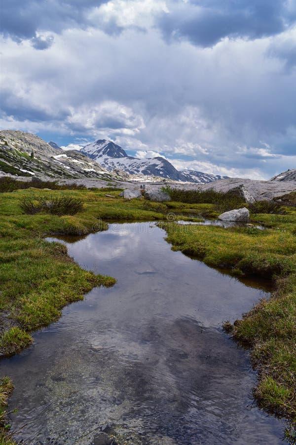 Övre och lägre Jean Lake i den Titcomb handfatet längs det Wind River området, Rocky Mountains, Wyoming, sikter från att fotvandr royaltyfri bild