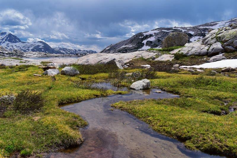Övre och lägre Jean Lake i den Titcomb handfatet längs det Wind River området, Rocky Mountains, Wyoming, sikter från att fotvandr royaltyfria foton