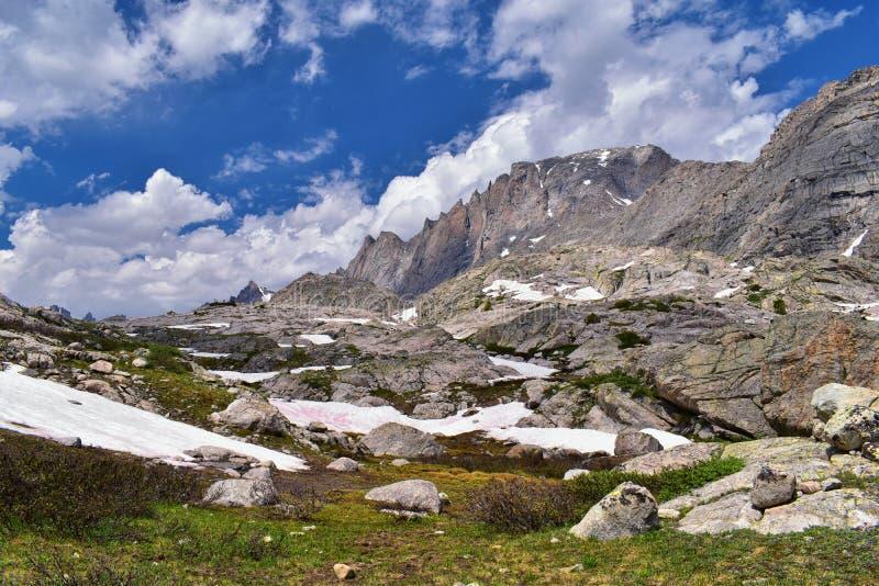 Övre och lägre Jean Lake i den Titcomb handfatet längs det Wind River området, Rocky Mountains, Wyoming, sikter från att fotvandr royaltyfri fotografi