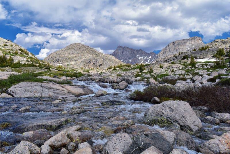 Övre och lägre Jean Lake i den Titcomb handfatet längs det Wind River området, Rocky Mountains, Wyoming, sikter från att fotvandr arkivbild