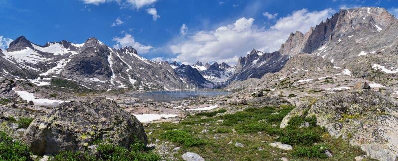 Övre och lägre Jean Lake i den Titcomb handfatet längs det Wind River området, Rocky Mountains, Wyoming, sikter från att fotvandr arkivfoton