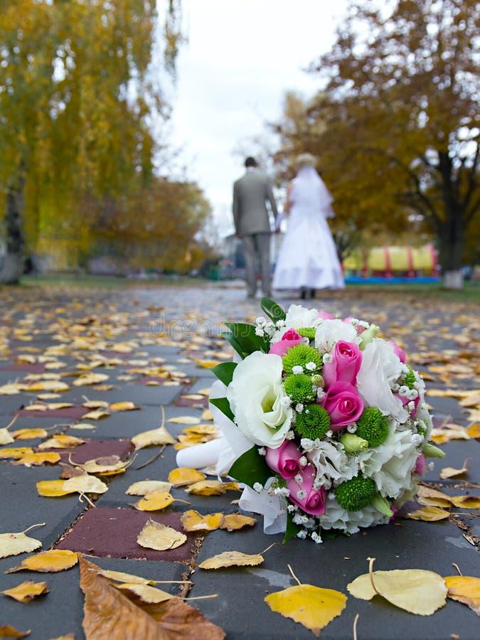 Övre och suddiga nygifta personer för brud- bukettslut arkivfoto