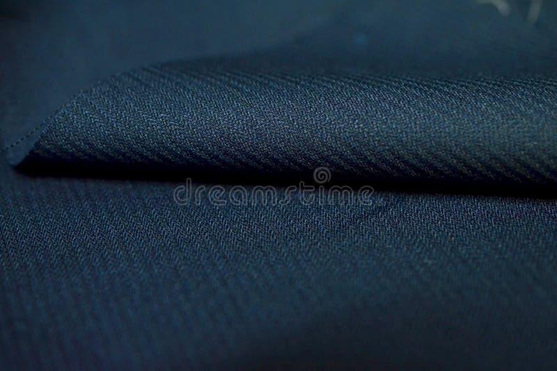 Övre rullmörker för slut - modelltextur för blått band av dräkten royaltyfria foton