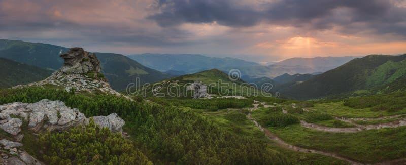 övre sikt för carpathian berg panorama Strålarna av resningsolen exponerar byn i dalen arkivfoto