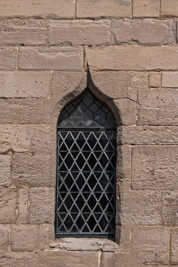 Övre sikt för enkelt medeltida för slottmålat glassfönster slut för detalj royaltyfri foto