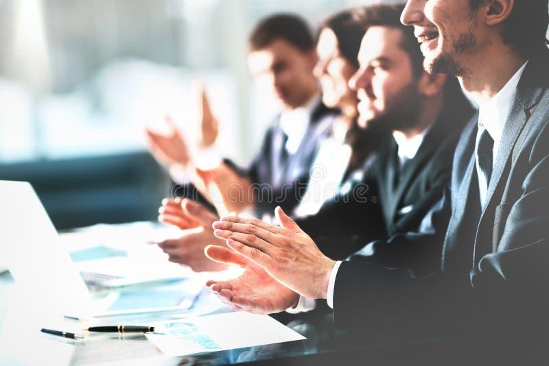 Övre sikt för slut av affärsseminariumlyssnare som applåderar händer Yrkesutbildning arbetsmöte, presentation eller arkivfoton