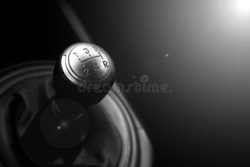 Övre sikt för slut av en förskjutning för kugghjulspak Manuell växellåda Bilinredetaljer Bilöverföring Mjuk belysning Abstrakt be royaltyfri bild
