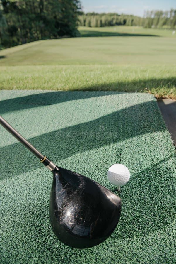övre sikt för slut av golfklubben och bollen arkivfoton