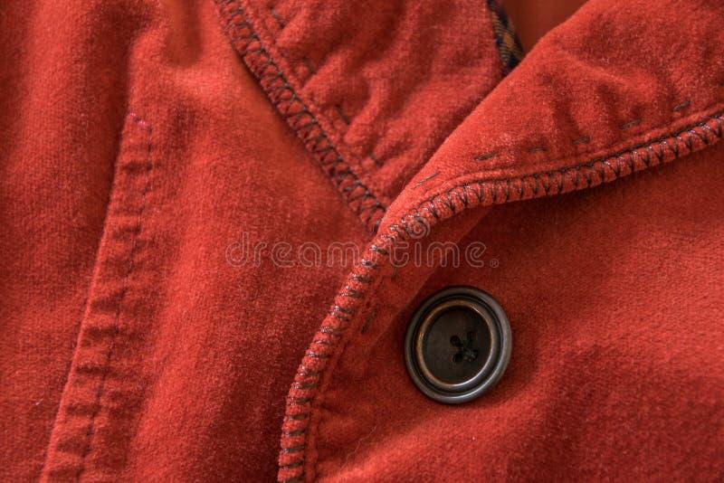 Övre sikt för slut av knappen av det röda sammetomslaget royaltyfria foton
