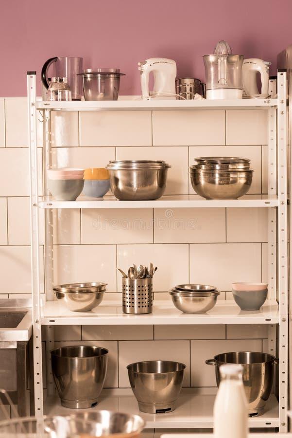 övre sikt för slut av olika köktillförsel på hyllor i restaurangkök arkivfoto