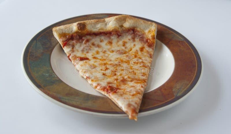 Övre sikt för slut av skivan för ostpizza royaltyfri foto
