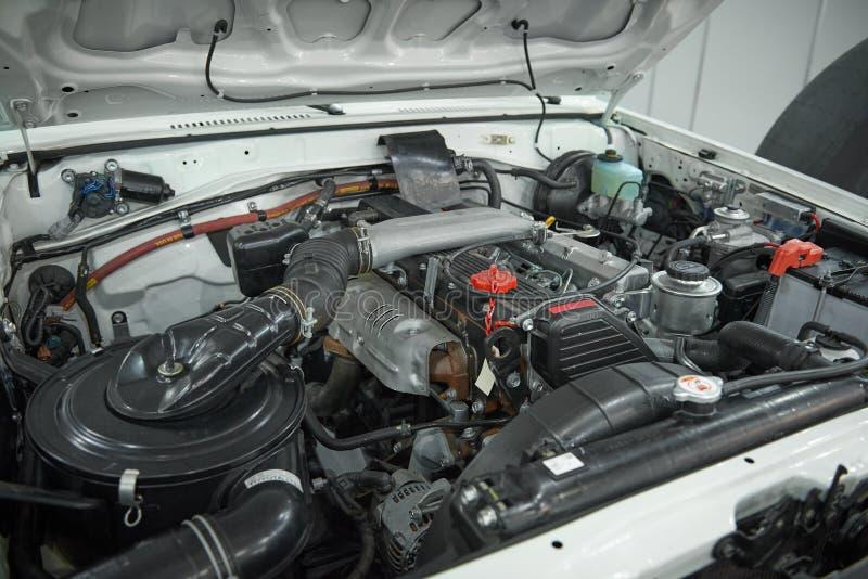 Övre sikt för slut på av den öppna huven för vägbil av motorrummet för underhåll och reparation Bilmotor, luftfilter, elektriska  royaltyfri bild