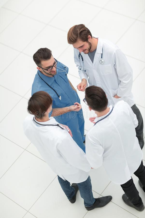 övre sikt lag av doktorer som diskuterar problemen royaltyfria bilder