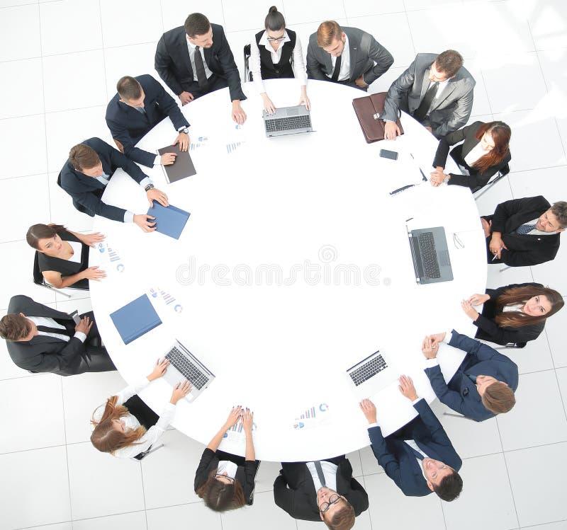 övre sikt möte av aktieägare av företaget på rundabordskonferensen royaltyfria foton