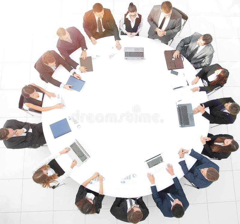 övre sikt möte av aktieägare av företaget på rundabordskonferensen royaltyfri bild
