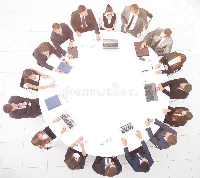 övre sikt möte av aktieägare av företaget på rundabordskonferensen arkivbild