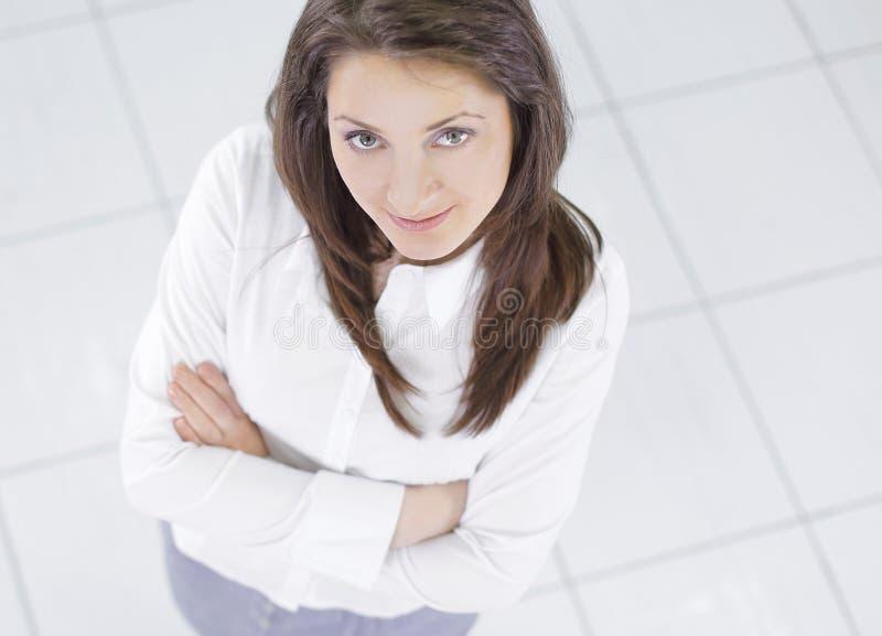 övre sikt Ung affärskvinna som ser kameran royaltyfri fotografi