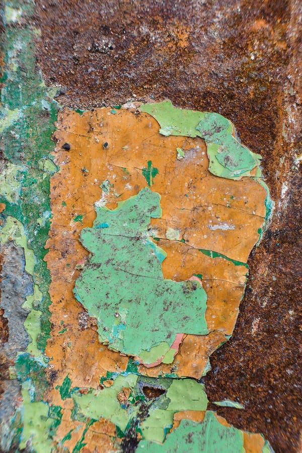Övre textur för slut av kanstött skalningsgräsplanmålarfärg över rost, räkning royaltyfri bild